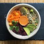 Bunte Quinoa-Bowl mit Sesamdressing